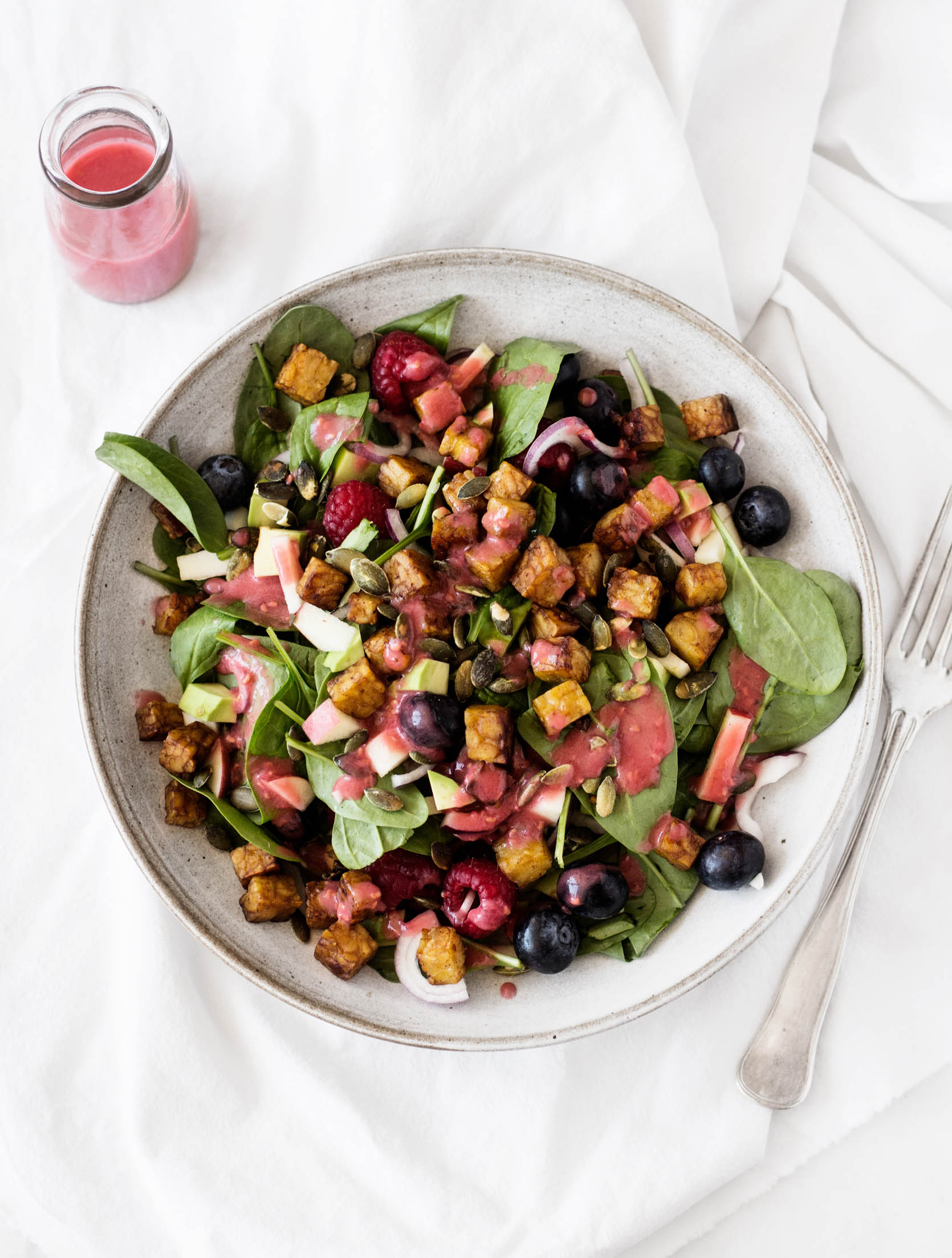 Berry, Spinach, & Seared Tempeh Salad with Raspberry Vinaigrette | The Full Helping