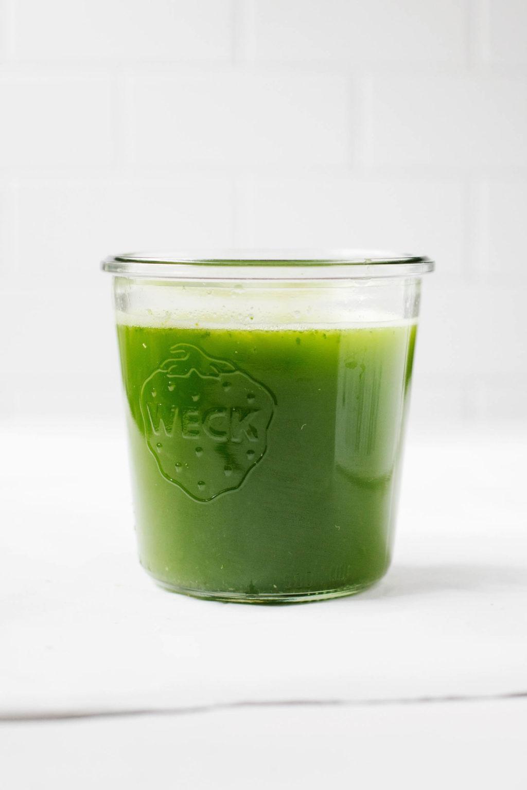 A Weck mason jar holds a freshly made green juice.