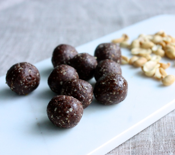 chocolate peanut protein balls // Choosing Raw