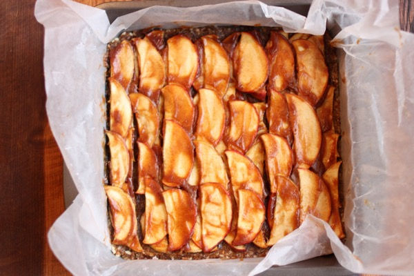 Raw Caramel Apple Pie Bars // Choosing Raw