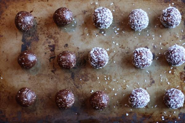 Raw cacao goji truffles // Choosing Raw