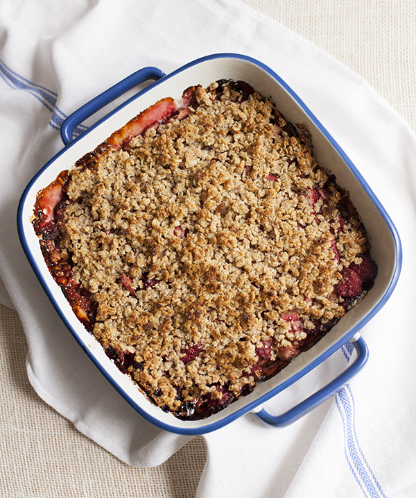 Strawberry rhubarb crumble bars -- GF and vegan! // Choosing Raw