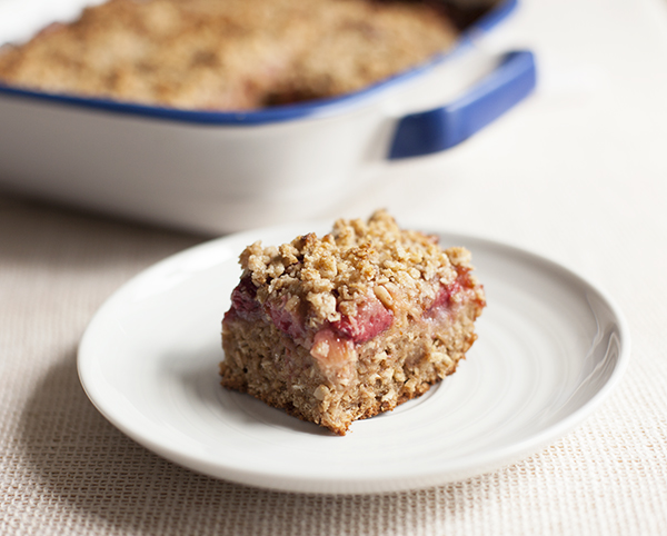 Strawberry rhubarb crumble bars -- GF and vegan! // Choosing Raw