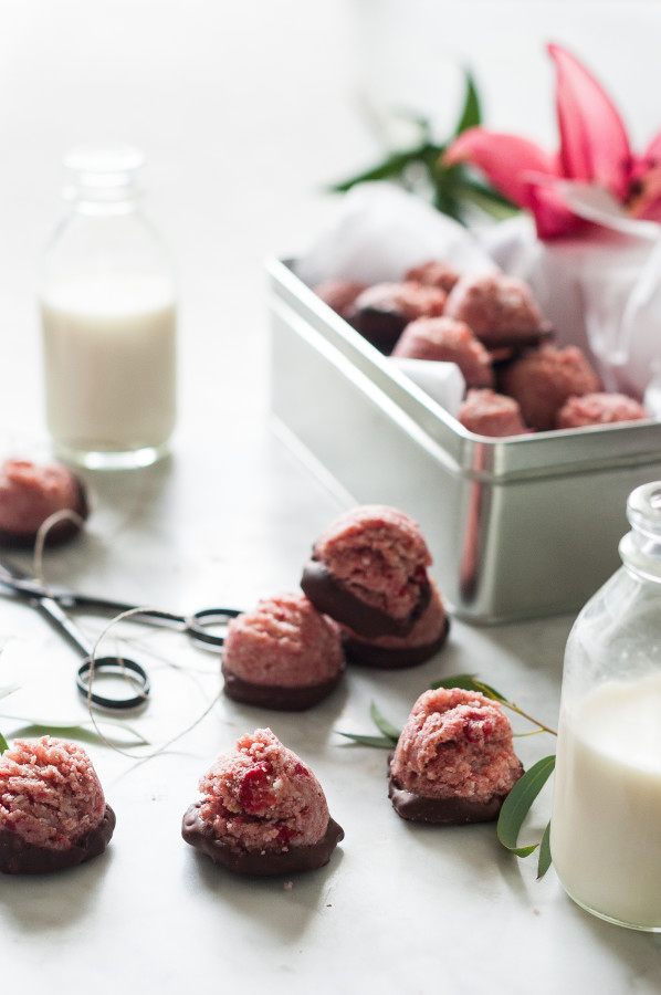 Chocolate-Covered-Strawberry-Macaroons-raw-vegan-paleo-no-refined-sugar-clean-eating-gluten-free-1-598x900