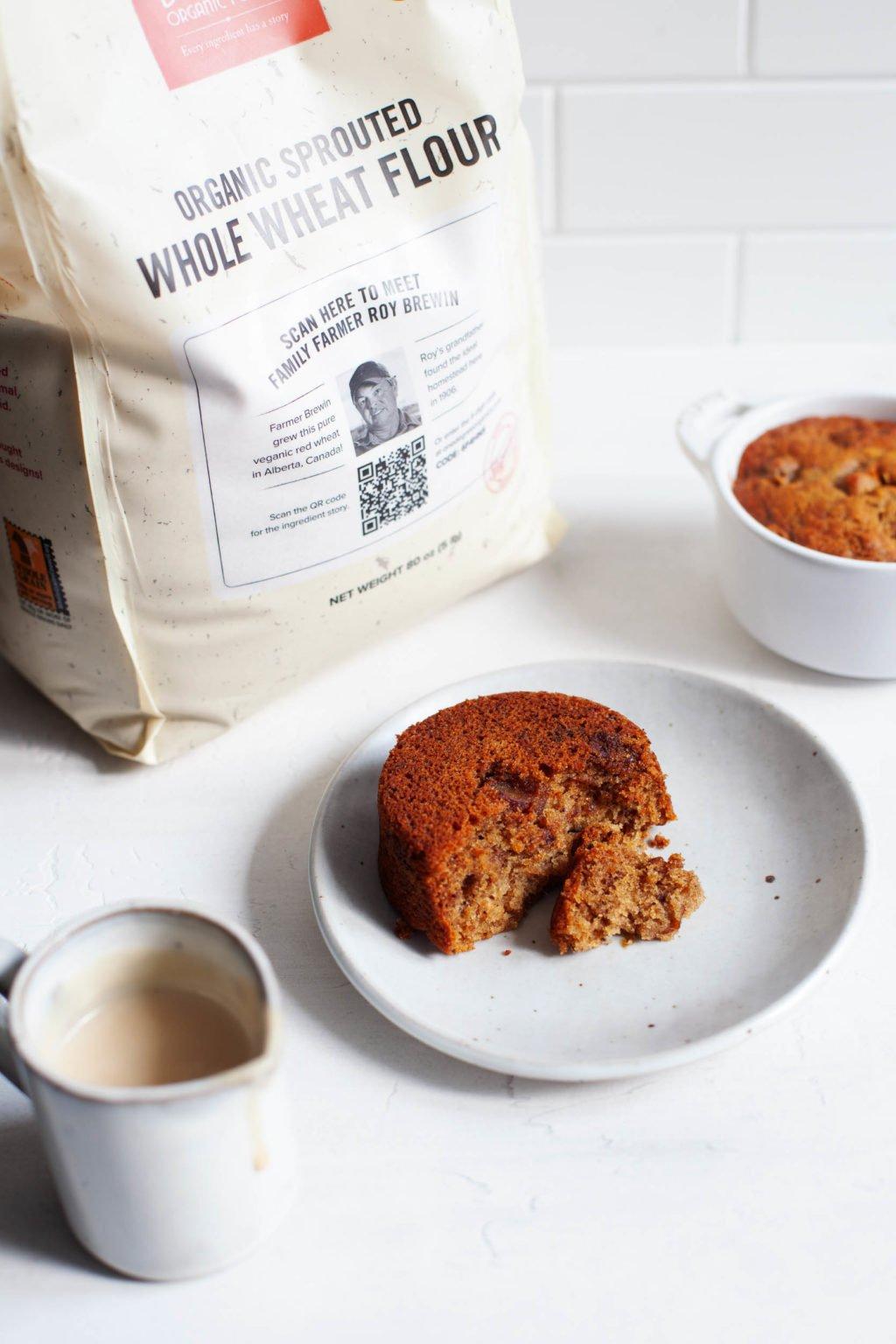 Se ha utilizado una bolsa de harina integral para hacer unos pequeños pasteles redondos, que se colocan en platos de postre.